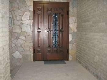 Железная двустворчатая дверь